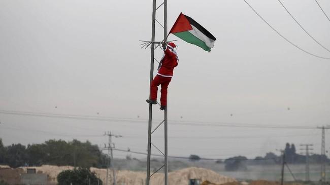 Demonstrasi memprotes langkah AS juga merebak sejak keputusan Trump pada 6 Desember lalu, tak hanya di Palestina, namun juga di seluruh dunia, termasuk Indonesia.(Reuters/Mohammed Salem)