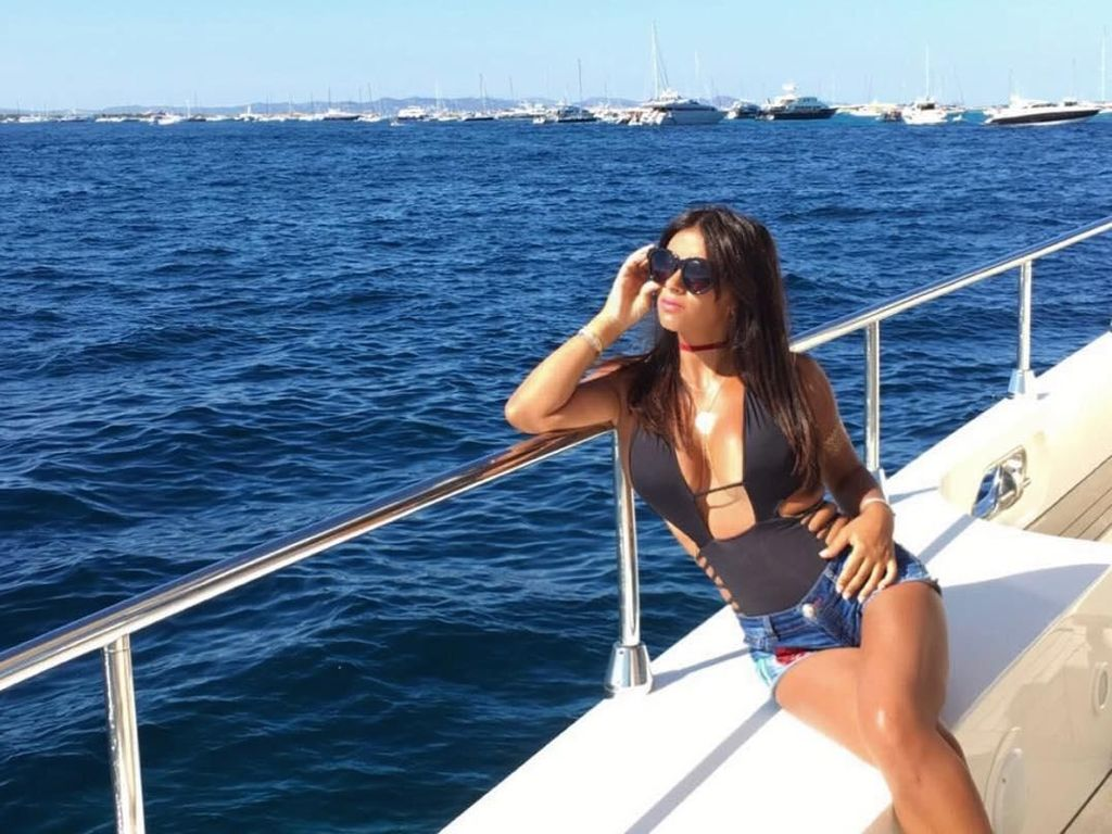 Daniella saat menikmati liburan di atas yacht. (Foto: Instagram @daniellasemaan)