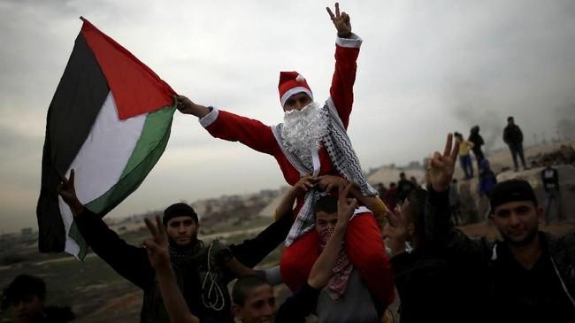 Langkah AS, lebih jauh ditakutkan banyak pihak tak hanya memicu panasnya situasi di Palestina dan Israel, namun juga intifada. (Reuters/Mohammed Salem)