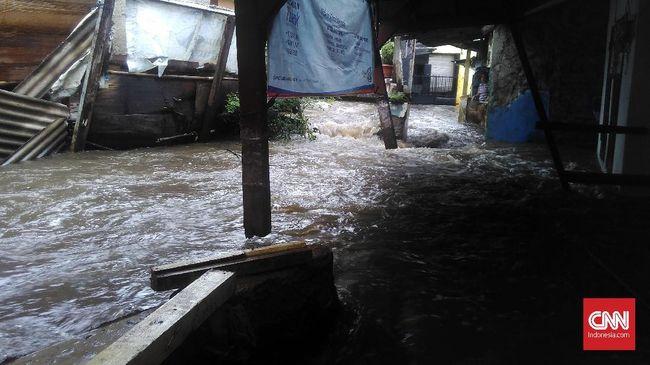 Tanggul Jebol, Dua RT di Pasar Minggu Banjir Hingga 60 Cm