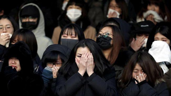 Ratusan Fan Kumpul Sejam Sebelum Pemakaman Jonghyun 'SHINee'