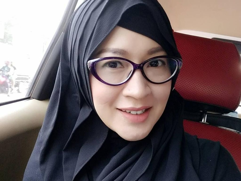 Foto: Gaya Hijab Belah Samping ala Okie Agustina, Mantan Istri Pasha Ungu