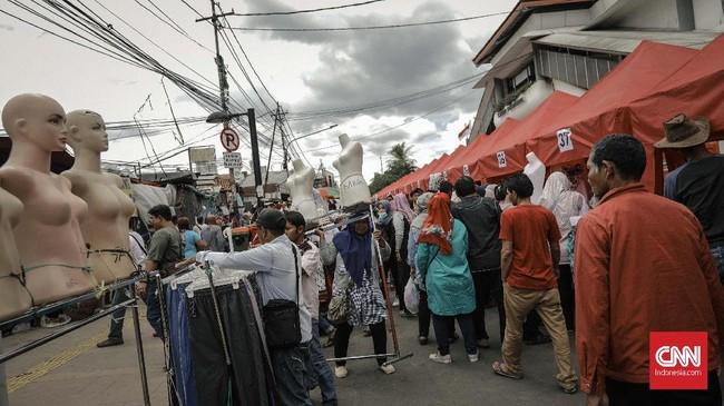 Para PKL mulai hari, Jumat, 22 Desember 2017 menempati lapak-lapak mereka di sepanjang jalur depan Stasiun Tanah Abang. (CNN Indonesia/Adhi Wicaksono).