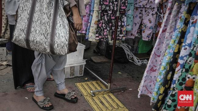 Sebanyak 372 PKL mulai menempati lapak mereka di kawasan Jatibaru, depan Stasiun Tanah Abang. Mayoritas PKL merupakan pedagang pakaian. (CNN Indonesia/Adhi Wicaksono).