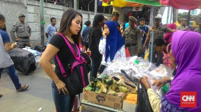 Jalan Tanah Abang Ditutup, PKL Tetap Berdagang di Trotoar