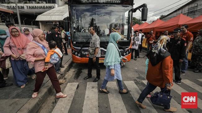 Pengunjung menaiki bus TransJakarta Tanah Abang Explore di depan Stasiun Tanah Abangdi kawasan Jatibaru yang kini ditempati ratusan PKL. (CNN Indonesia/Adhi Wicaksono).
