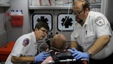 Akibat banyaknya korban over dosis opioid setiap harinya, paramedis senantiasa memastikan bahwa mereka telah membawa naksolon, obat bagi korban dalam jumlah yang cukup di mobil ambulans. (REUTERS/Brian Snyder)
