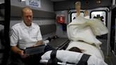Setibanya di lokasi kejadian, paramedis akan menyemprotkan naksolon ke hidung atau menyuntikkannya kepada korban, memompa oksigen ke dalam paru-paru sambil menunggu respons, tersedak atau memuntahkan obat-obatnya dan sadarkan diri. (REUTERS/Brian Snyder)