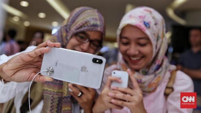 Pelemahan rupiah dan kenaikan pajak impor berpotensi membuat harga ponsel makin mahal. Meski demikian, sejumlah pedagang mengaku belum berencana menaikkan harga. (CNNIndonesi/Hesti Rika).
