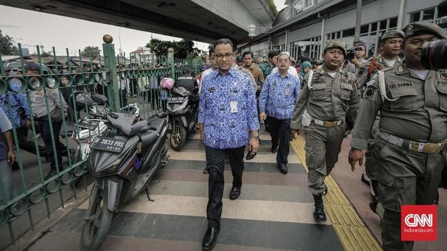 Gubernur DKI Jakarta Anies Baswedan mengecek kondisi Stasiun Tanah Abangusai kawasan Jatibaru resmi menjadi lahan untuk ratusan PKL. (CNN Indonesia/Adhi Wicaksono).