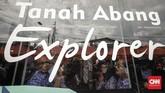 Gubernur DKI Anies Baswedan turut menaiki bus TransJakarta Tanah Abang Explore di depan Stasiun Tanah Abang.(CNN Indonesia/Adhi Wicaksono).