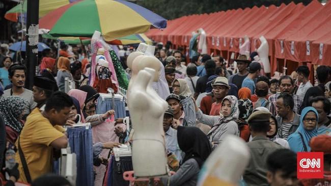 Parapengunjung tampak memadati Jalan Jatibaru, tepatnya di depan Stasiun Tanah Abang. Hari ini hari pertama para PKL menempati lapak-lapak yang diberikan Pemprov DKI. (CNN Indonesia/Adhi Wicaksono).