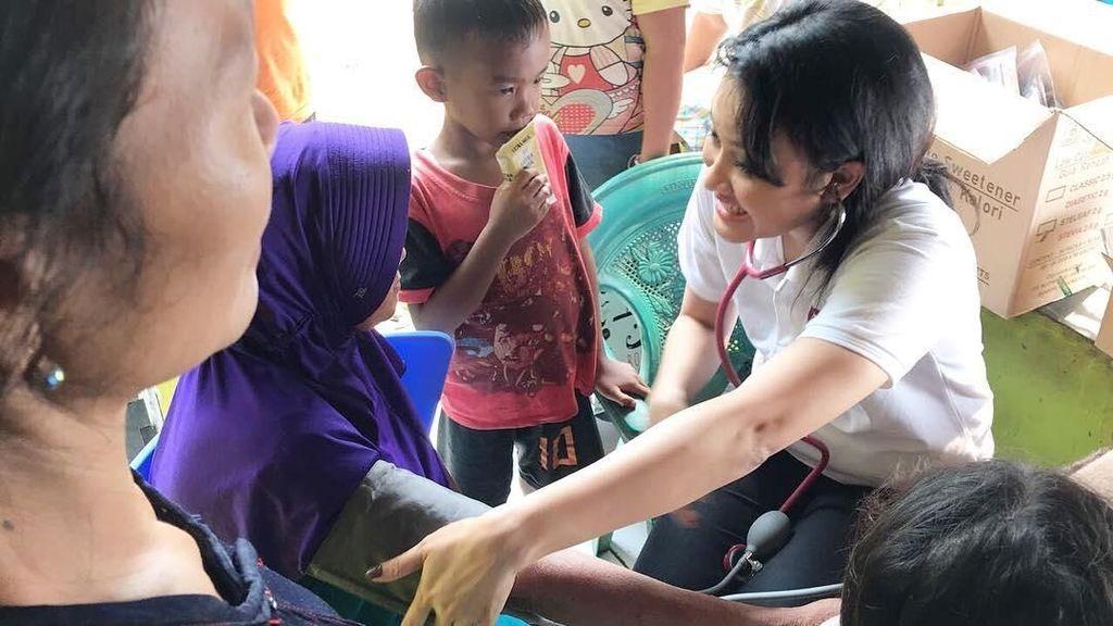 Lebih Dekat Mengenal dr Ema, Dokter Cantik yang Hobinya Bakti Sosial