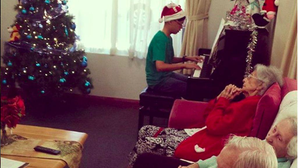 Ketika Natal Dirayakan Bersama Para Lansia di Panti Jompo, So Sweet...