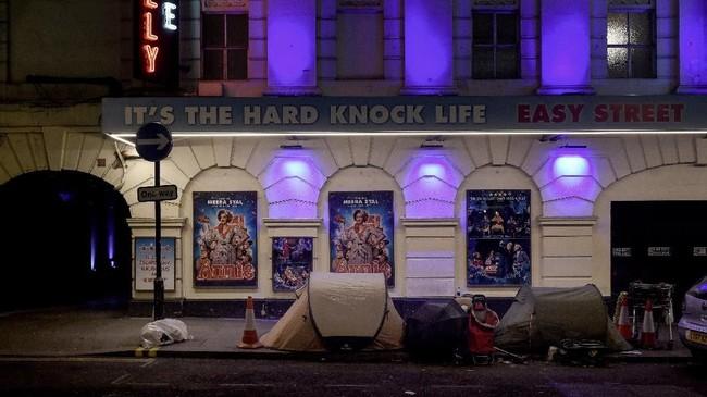 Tenda dan barang-barang milik Kevin, 50 tahun, dan Bryan, 51 berjejer di jalanan di luar Theater Piccadilly, London, yang tiketnya seharga 110 poundsterling (sekitar Rp2 juta), 4 Desember 2017. (REUTERS/Mary Turner)