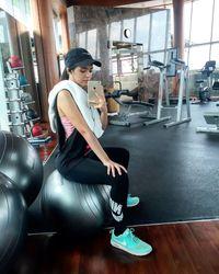 Vebby Palwinta adalah seorang jebolan kompetisi menyanyi yang kini telah merambah dunia perfilman. Wanita kelahiran 3 Agustus 1996 ini memamerkan fotonya saat sedang berolahraga di gym. (Foto: Instagram/vebbypalwinta)