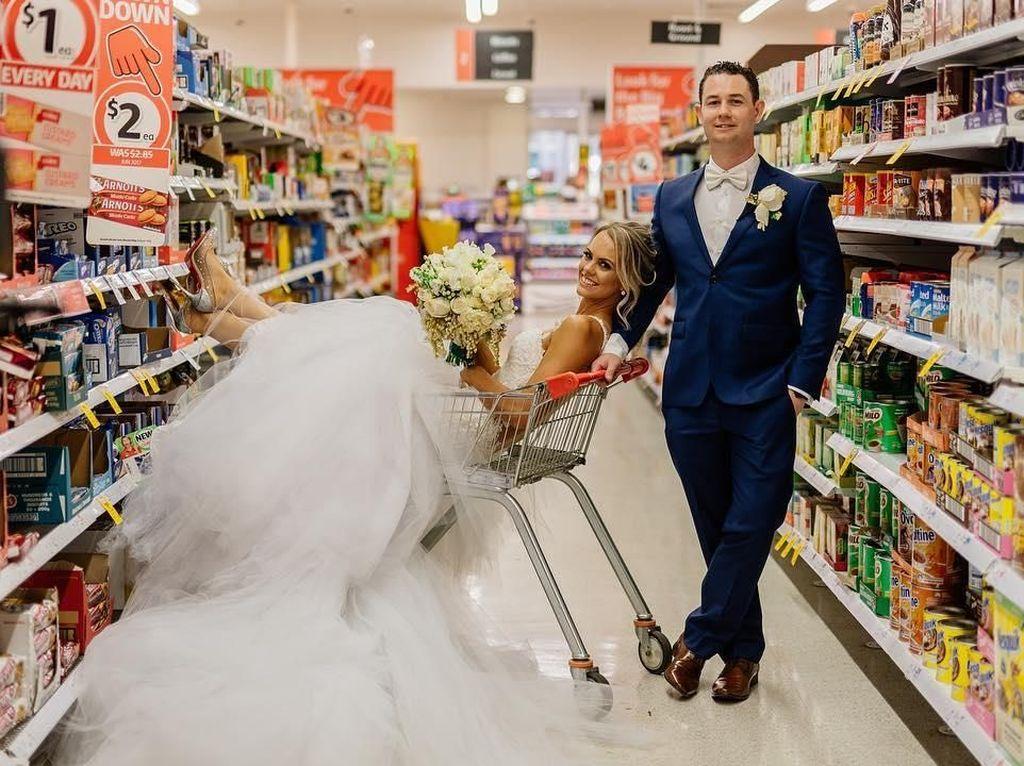 Pasangan Ini Gelar Sesi Foto Pernikahan Unik di Supermarket
