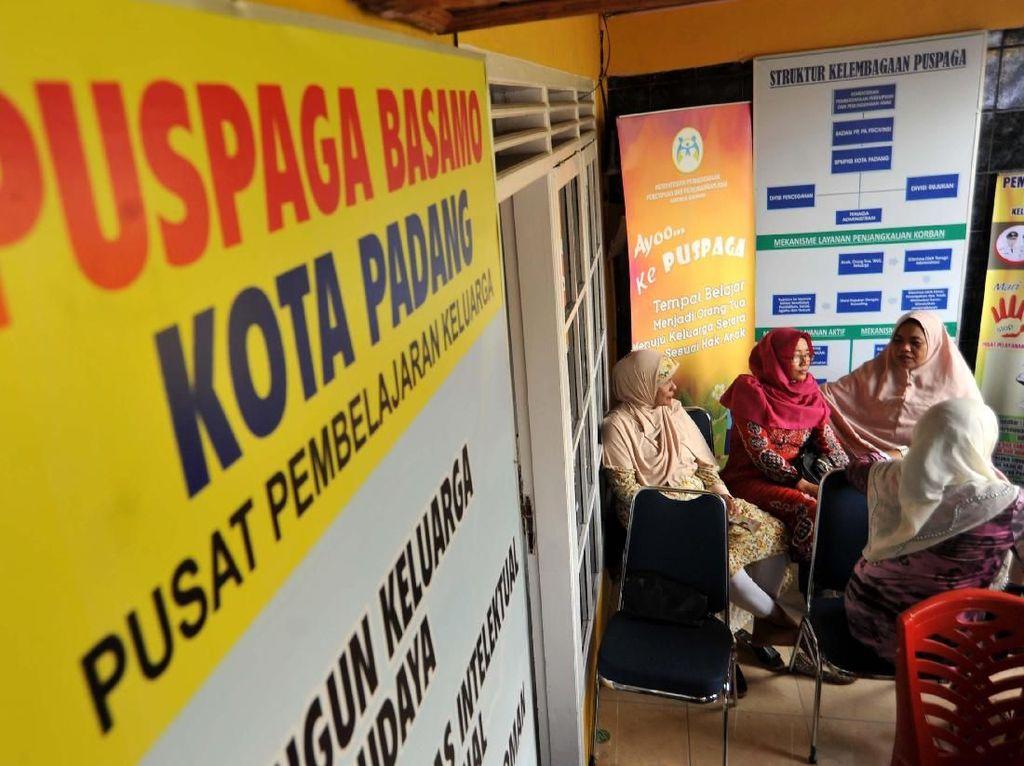 Kementerian Pemberdayaan Perempuan dan Perlindungan Anak melakukan peninjauan sarana pendukung untuk mewujudkan kota layak anak di kota itu. Pool/Pemkot Padang.