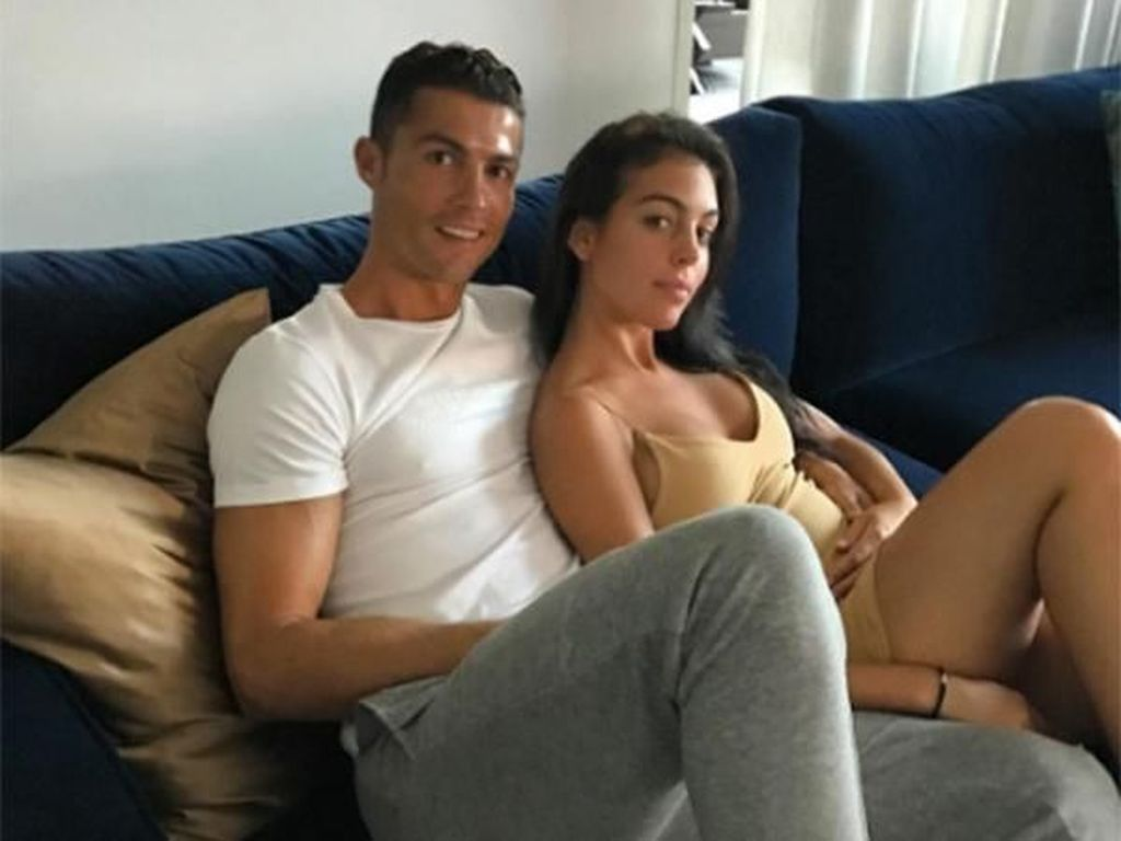 15 Foto Ini Buktikan Cristiano Ronaldo Memang Jago Buat Wanita Jatuh Hati