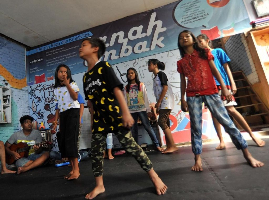 Anak-anak bernyanyi di Ruang Baca Tanah Ombak. Pool/Pemkot Padang.