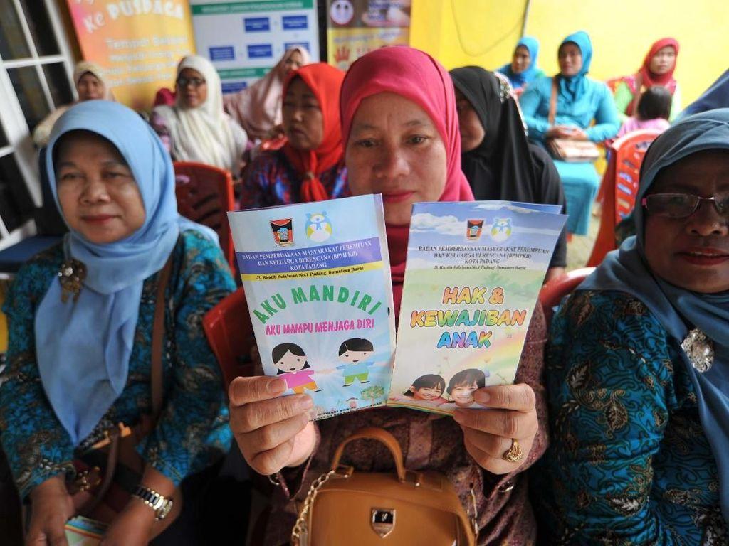 Kaum ibu menunjukkan brosur tentang perlindungan anak di pusat pembelajaran keluarga (Puspaga) sebagai sarana pendukung Kota Layak Anak (KLA), di Padang, Sumatera Barat, Rabu (27/12). Pool/Pemkot Padang.