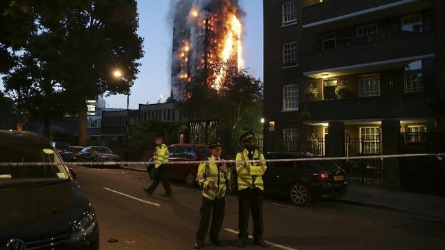 Api melahap bangunan 24 lantai Grenfell Tower di sebelah barat London, menewaskan 71 orang, termasuk satu dalam kandungan, serta 70 luka-luka pada 14 Juni 2017. (AFP PHOTO/Daniel LEAL-OLIVAS)