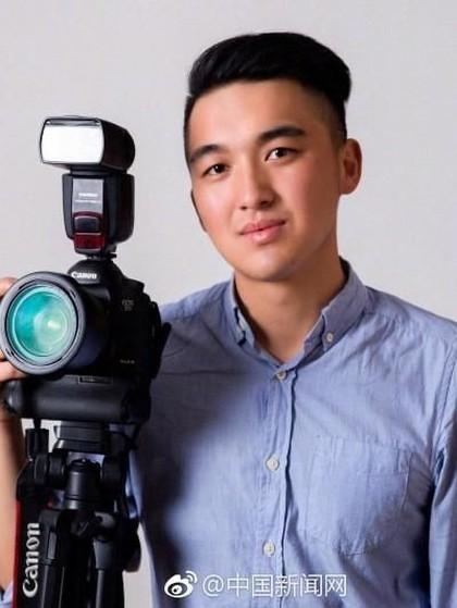 Ada Kisah Haru di Balik Fotografer Tampan yang Ambil Foto Keluarga Gratis