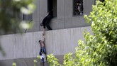 Bocah berusia dua tahun dievakuasi dalam serangan di Parlemen Iran, Teheran Tengah, 7 Juni 2017. (Omid Vahabzadeh/TIMA via REUTERS)