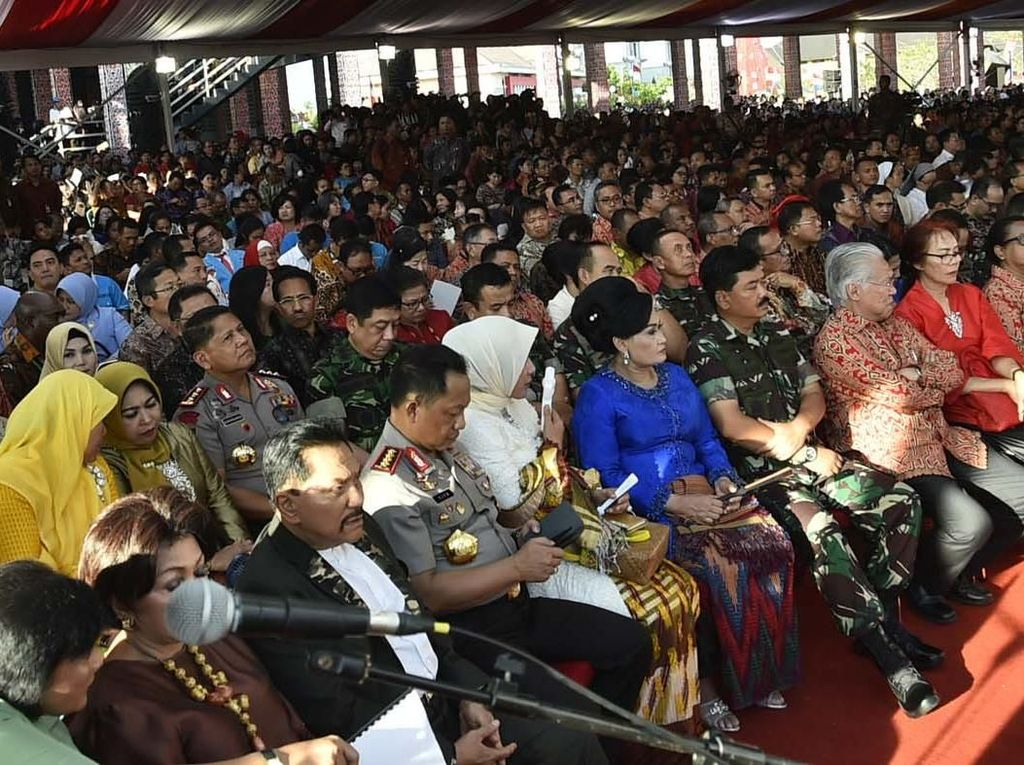 Panglima TNI Marsekal TNI Hadi Tjahjanto duduk dibarisan depan disamping Mendag. Pool/Puspen TNI.