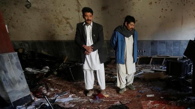 Darah berceceran di lantai pusat kebudayaan yang terletak di bagian bawah gedung, sedangkan jendela-jendela kantor berita Afghan Voice yang terletak di lantai dua pecah berantakan (REUTERS/Omar Sobhani)