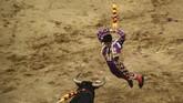 Seorang petarung banteng, Jesus Enrique Colombo, tampil dalam ajang Canaveraleho di Cali, Valle del Cauca, Kolombia. Tahun 2017 ini ajang Fair of Cali digelar untuk kali ke-60. (AFP/Luis Robayo)