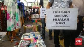 Saat Mal Sepi, Sandi Bersyukur Trotoar Tanah Abang Penuh PKL