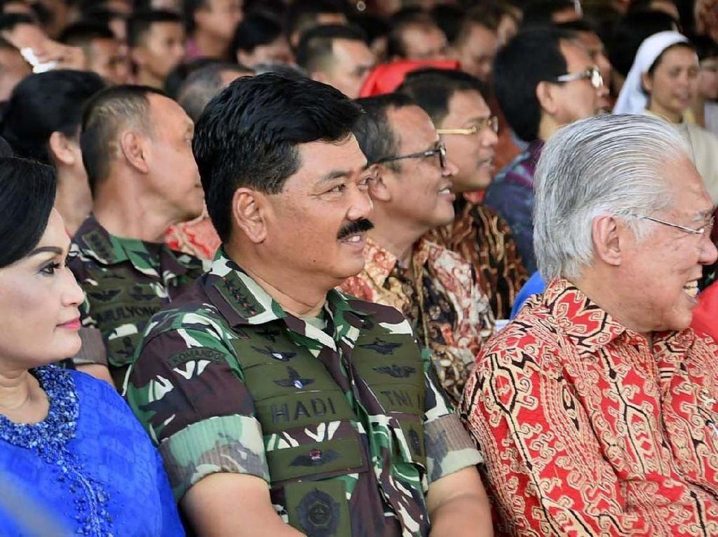 Panglima TNI Marsekal TNI Hadi Tjahjanto tampak didampingi istri. Pool/Puspen TNI.