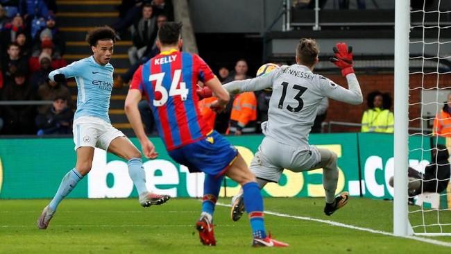 <p>Manchester City sebenarnya memiliki banyak peluang untuk mencetak gol, tapi ketangguhan kiper Wayne Hennessey membuat The Citizens gagal menciptakan gol. Salah satunya Hennessey memblok tendangan Leroy Sane di babak kedua. (Reuters/John Sibley)</p>