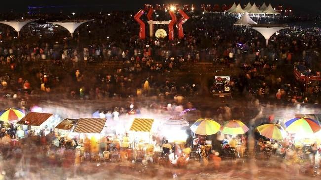 <p>Masyarakat Mamuju, Sulawesi Baratmemadati Pantai Anjungan Manakarra untuk menghadiri pesta kembang api yang meriah. Pantai tersebut menjadi salah satu titik utama perayaan malam pergantian tahun 2018. (ANTARA FOTO/Akbar Tado/aww/18)</p>