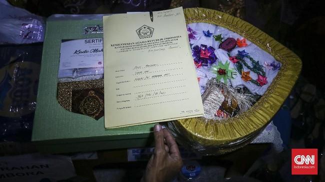 Selain mendapatkan mahar berupa perlengkapan salat dan Al-Quran, peserta nikah massal juga mendapatkan uang dalam bentuk tabungan Rp200 ribu dan satu gram logam mulia. (CNNIndonesia/Safir Makki)