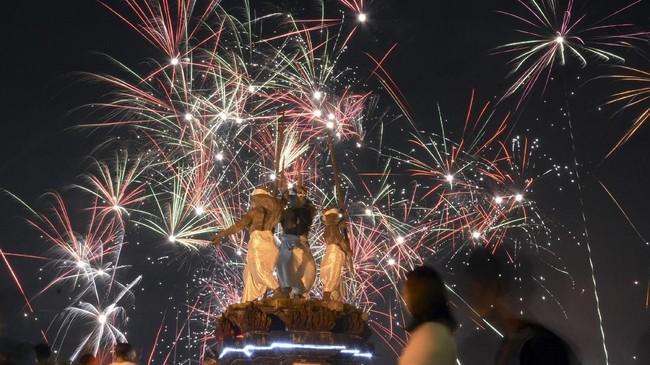 <p>Pesta kembang api digelar di kawasan Lapangan Puputan Badung, Denpasar.Bali menggelar sejumlah kegiatan tutup tahun, di antaranya pesta seni dan kembang api yang dipusatkan di sejumlah titik dengan pengawasan dari pihak keamanan setempat. (ANTARA FOTO/Wira Suryantala/aww/18)</p>