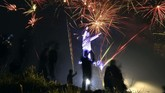 <p>Pesta kembang api digelar pada perayaan malam tahun baru 2018 di Monumen Patung Yesus, Puncak Burake, Makale, Tana Toraja, Sulawesi Selatan. (ANTARA FOTO/Adwit B Pramono/YU/aww/18)</p>
