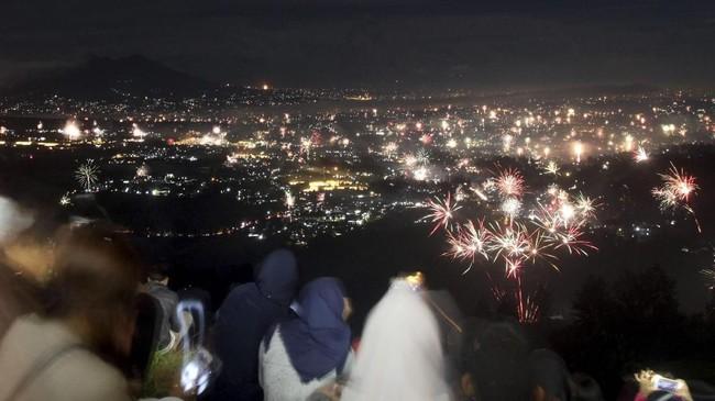 <p>Sejumlah wargamenikmati suasana kemeriahan pesta kembang api untuk merayakan pergantian tahun di Bukit Paralayang, Puncak, Bogor, Jawa Barat. (ANTARA FOTO/Yulius Satria Wijaya/aww/17)</p>