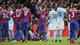 <p>Crystal Palace kehilangan bek tengah Scott Dann pada menit ke-20 setelah mengalami cedera lutut. Terlihat gelandang Palace Yohan Cabaye bereaksi melihat cedera yang dialami Dann. (REUTERS/David Klein)</p>