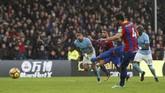 <p>Bencana bagi Manchester City datang pada menit ke-91 setelah Raheem Sterling melanggar Wilfried Zaha di kotak penalti. Beruntung, kiper Ederson Moraes memblok tendangan penalti Luka Milivojevic. (REUTERS/David Klein)</p>