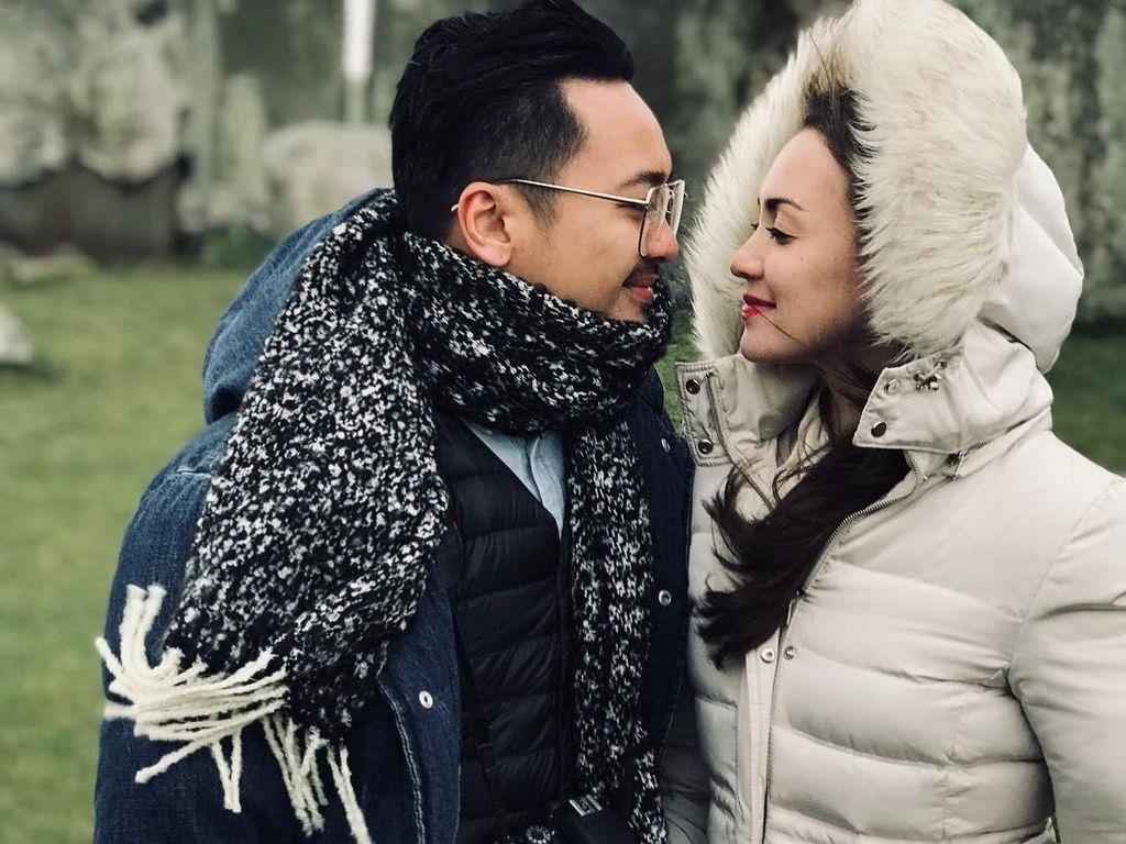 Intip Kemesraan Liburan Selebriti dan Pasangan dengan Busana Musim Dingin