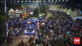 <p>Beberapa moda transportasi umum masih beroperasi guna menunjang pergerakan warga dari rumah mereka ke lokasi keramaian, salah satunya Transjakarta. (CNNIndonesia/Safir Makki)</p>