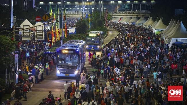 Beberapa moda transportasi umum masih beroperasi guna menunjang pergerakan warga dari rumah mereka ke lokasi keramaian, salah satunya Transjakarta. (CNNIndonesia/Safir Makki)