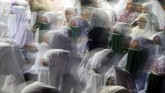 <p>Warga mengikuti zikir dan doa bersama ketika malam pergantian tahun di Lapangan Keude Aceh, Lhokseumawe, Aceh. Warga di provinsi yang menerapkan syariat Islam itu diserukan untuk berzikir bersama di setiap mesjid dan lapangan terbuka untuk mengantisipasi tindakan hura-hura dan maksiat. (ANTARA FOTO/Rahmad/aww/18)</p>