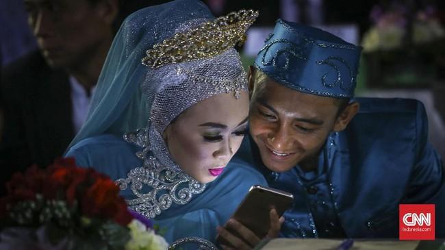 Anies Baswedan mengaku bangga bisa melihat langsung jalannya salah satu kewajiban pemerintah dalam menyejahterakan masyarakat dengan memberi kesempatan warga yang tak mampu melangsungkan pernikahan. (CNNIndonesia/Safir Makki)