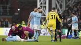 <p>Kesialan Manchester City bertambah di masa injury time babak kedua setelah gelandang serang Kevin De Bruyne mengalami cedera. (REUTERS/David Klein)</p>
