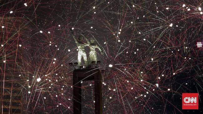 <p>Ribuan orang memadati berbagai lokasi keramaian untuk menyambut malam pergantian tahun, Minggu (31/12), di Jakarta. Di antaranya adalah kawasan Ancol, Monumen Nasional, Jalan Sudirman-Thamrin, sampai ke Taman Mini Indonesia Indah. (CNN Indonesia/ Hesti Rika)</p>