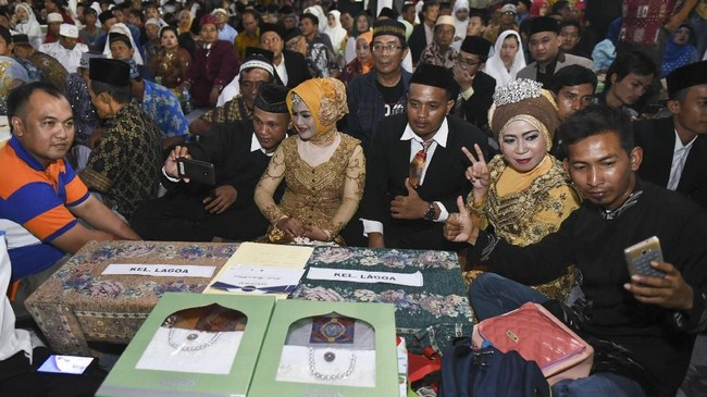 Melalui nikah masal itu, diharapkan setiap pasangan yang menikah memiliki kelengkapan surat atau administrasi yang dikeluarkan oleh Kantor Urusan Agama (KUA), bukan hanya melangsungkan pernikahan secara syariat. (ANTARA FOTO/Hafidz Mubarak A)