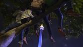 <p>Beberapa warga bahkan memilih cara tak lazim untuk melihat perayaan Tahun Baru di pusat keramaian. Sebagian dari mereka menaiki pohon untuk menyaksikan panggung hiburan lebih jelas dari kejauhan. (ANTARA FOTO/Wahyu Putro A)</p>